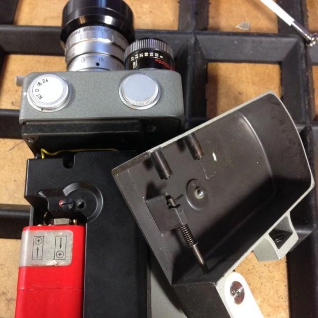 Zunächst wird die Abdeckung des Batteriefachs entfernt. Hier befindet sich neben der Stromversorgung auch der Antriebsmotor.