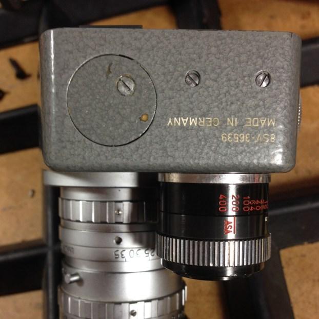 Um die Kontaktleiste im Kamerakopf zwecks Reinigung zu lösen, muss man diese beiden Schrauben (rechts) freilegen. Sie sind unterm Hammerschlaglack versteckt. Achtung: Keinen hohen Druck ausüben, sonst lösen sich die Kontermuttern aus der Buchsenleiste!