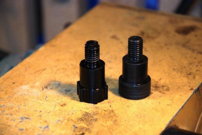 Links das Original-Spritzgussteil, rechts die Nachfertigung als Drehteil