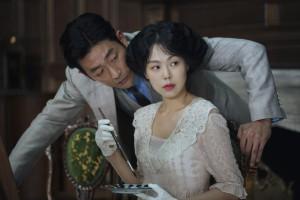 Der Graf (Ha Jung-woo) versteht es, Frauen zu umwerben. Doch Lady Hideko (Kim Min-hee) scheint für seine Künste wenig empfänglich.