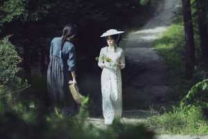 Sookee (Kim Tae-ri) ist geblendet von der Schönheit der geheimnisvollen Lady Hideko (Kim Min-hee).