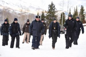 Agentin Jane Banner (Elizabeth Olsen), Ben (Graham Greene) und weitere Kollegen bei der Aufklärung des Falls.