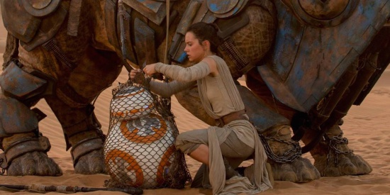 star-wars-force-awakens-rey-bb8-daisy-ridley-filmloverss