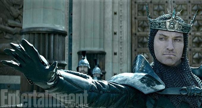 guy-ritchie-nin-merakla-beklenen-filmi-king-arthur-legend-of-the-sword-dan-ilk-gorseller-2-filmloverss