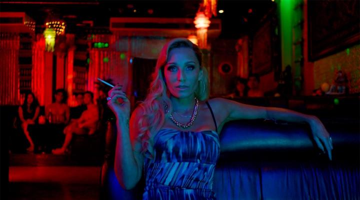muazzam-bir-video-neon-isigin-on-plana-ciktigi-filmler-filmloverss