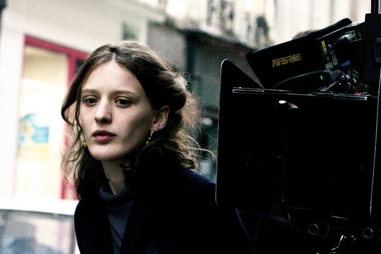 greta-gerwig-ve-mia-wasikowska-mia-hansen-love-un-yeni-filmi-bergman-island-icin-bir-araya-geliyor-2-filmloverss