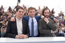 """Robert Pattinson & the Safdie Brothers at the """"Good Time"""" photocall. (Source: Festival de Cannes)"""