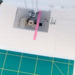 Die Nahtzugabe kann gerne mit einem Washi Tape auf der Nähmaschine markiert werden