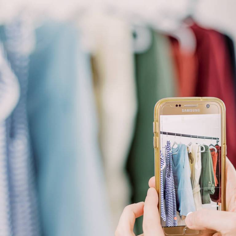 Frau fotografiert Kleidung