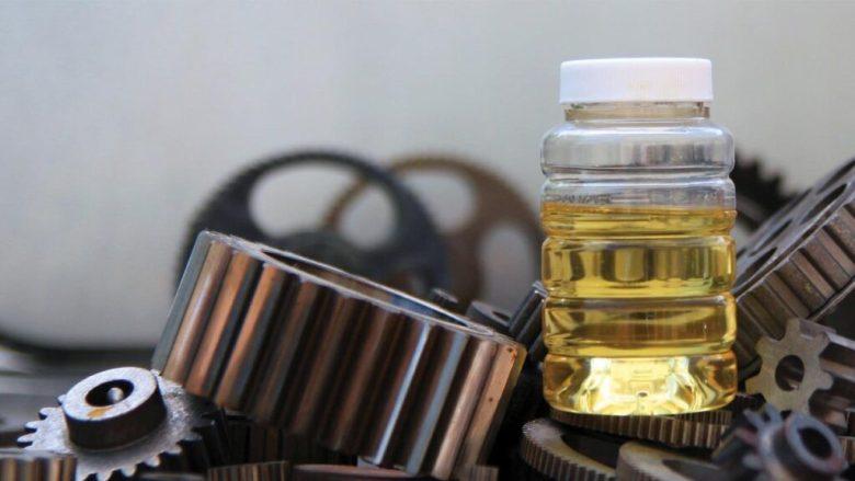 Aceite en frasco con engranaje