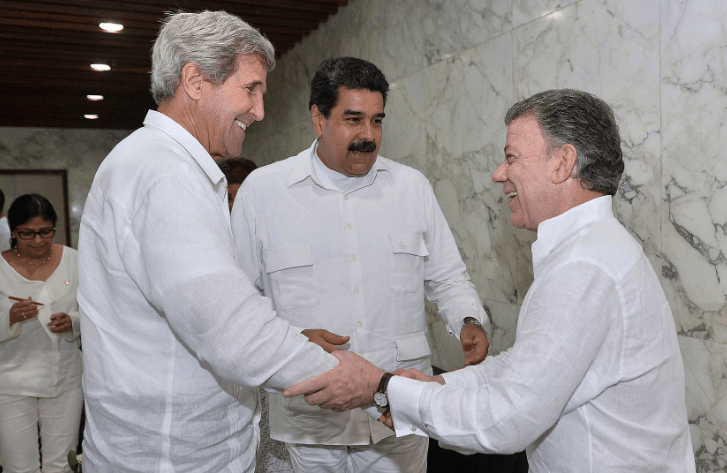 Colombian President Juan Manuel Santos shakes hands with U.S. Secretary of State John Kerry as Venezuelan President Nicolás Maduro looks on. (Credit: Office of the President of Colombia, Efraín Herrera - SIG)