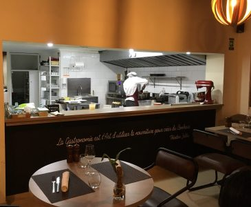 L'ange Vin is an open-kitchen French bistro in Manizales' upscale Barrio Manilla.