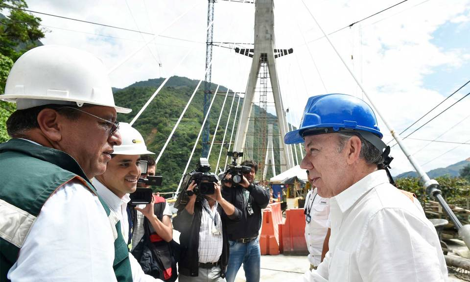 In November 2017, Colombian President Juan Manuel Santos visited the vast suspension bridge as it was nearing completion. (Photo credit: Presdencia de la República / César Carrión, SIG)