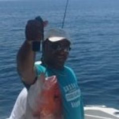 Fishing in the Gulf of México with a red snapper and Serengeti Strata lenses – polarized lenses are essential for watersports.