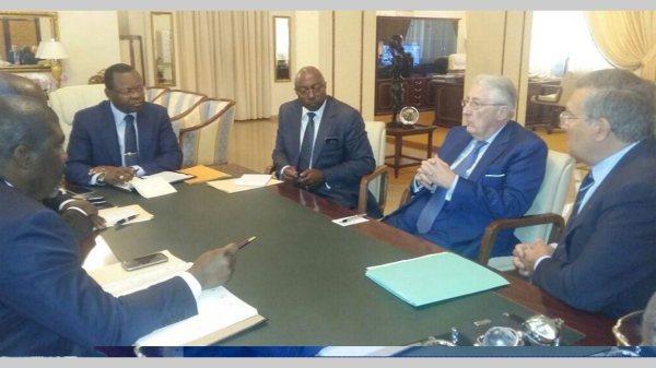 *** Local Caption *** Les membres du gouvernement en pleine discutions avec le prŽsident du groupe BollorŽ Gabon, Antoine Horvarth.