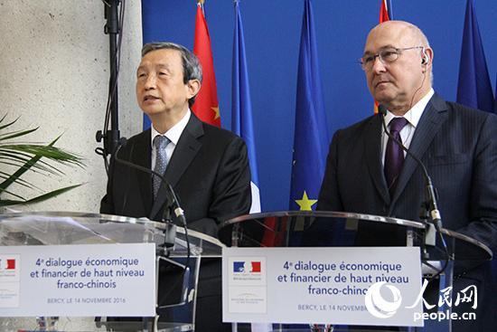Le vice-Premier ministre chinois Ma Kai et le ministre francais des finances Michel Sapin