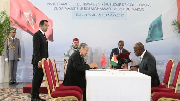 Mohamed Kettani, PDG du groupe Attijariwafa bank et le ministre ivoirien de la Défence lors de la signature des accords.