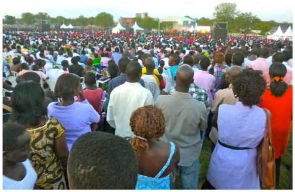 Cette photographie offre une vue d'ensemble de la foule qui assiste au premier jour, le 26octobre 2012, du festival Hope for a New Nation, au John Garang Memorial Park, à Juba. C'est dans ce cadre spectaculaire que s'inscrit l'offre de rupture évangélique proposée par Franklin Graham, devant près de 100000personnes.Photo de SébastienFath, Juba, Soudan du Sud, 26octobre 2012.