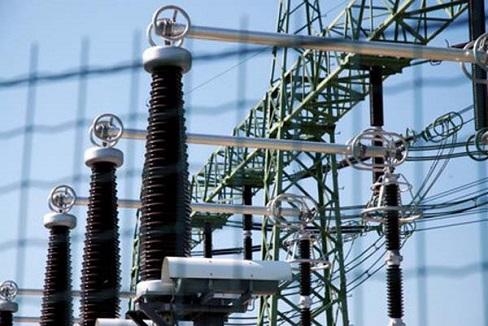 Details eines Elektrizitätswerks hinter einem Zaun - Details of an electric utility behind fence