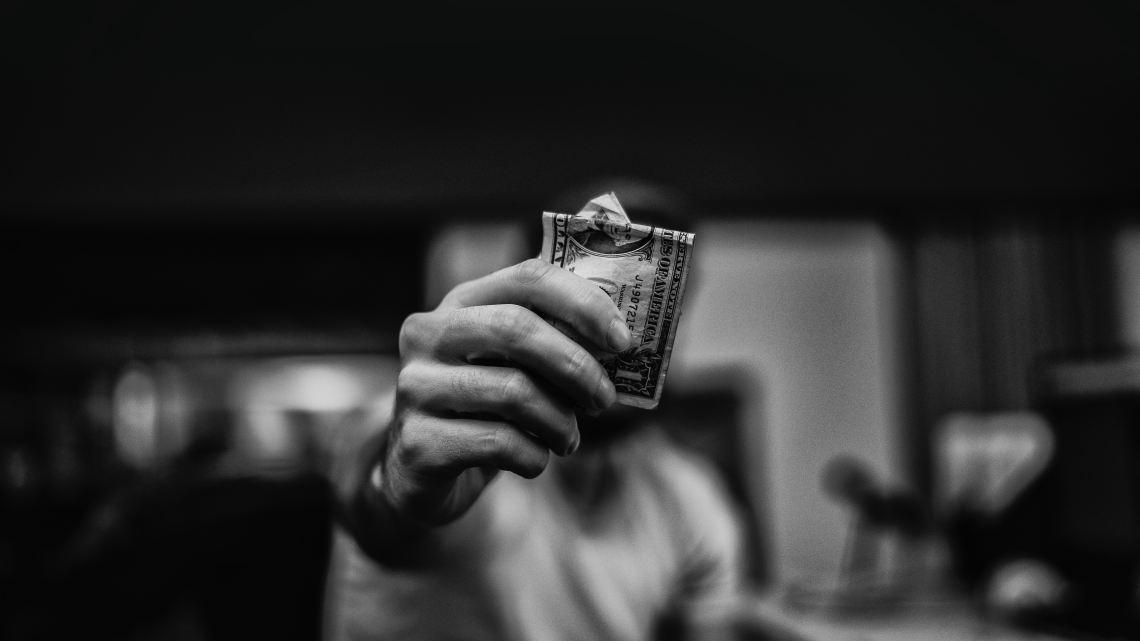 Mann-hält-Dollar