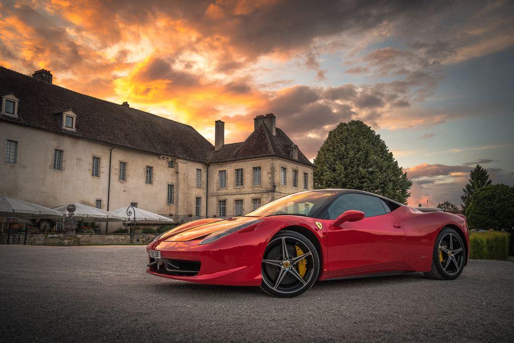 Ferrari mit Haus im Hintergrund