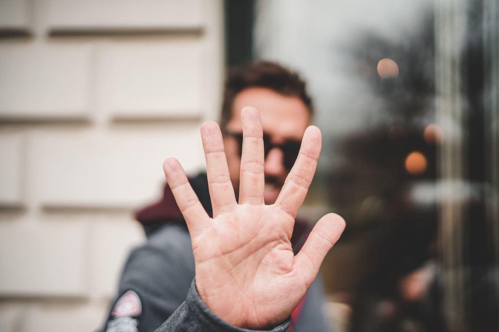 Mann zeigt Hand