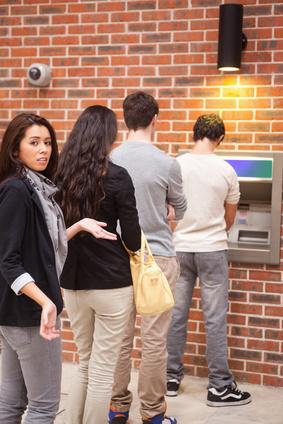 Schlange am Bankautomat