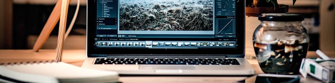 MacBook Pro encendida sobre un escritorio