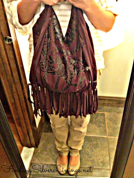 OMG how cute is this fringe bag!  Made from an old t-shirt and scissors.  Completely no-sew!