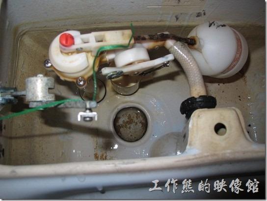 和成(HCG)凱薩沖水馬桶水箱漏水修復記-半月彎(落水牛角)   工作熊的玩樂生活誌