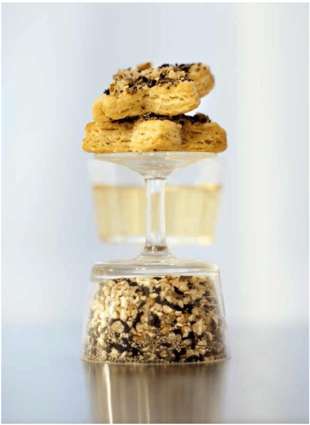 Blaukäse Biscuits mit Pekannüssen, Mohn & Nigella. Copyright: Brandstätter Verlag, Fotografie: Inge Prader, Design: Clara Monti