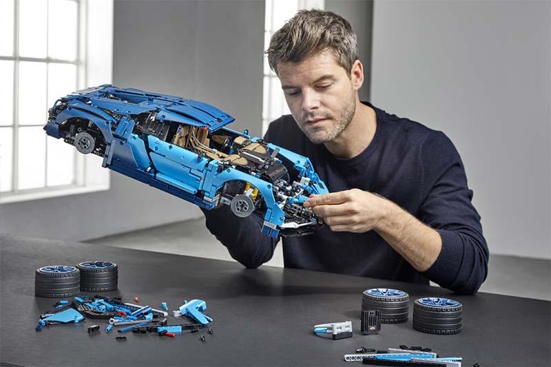 Der detailreiche Bausatz des französischen Supersportwagens besteht aus 3.599 Teilen