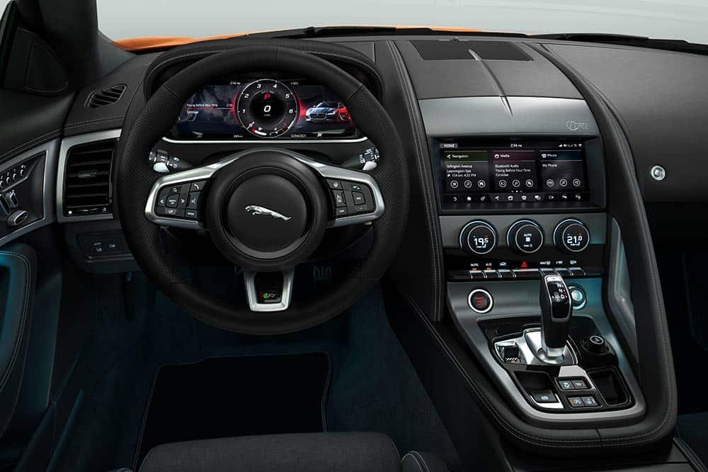 Luxuriöses und auf den Fahrer fokussiertes Interieur bei der F-Type R-Dynamik Black-Edition