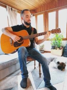Position de guitare décontractée