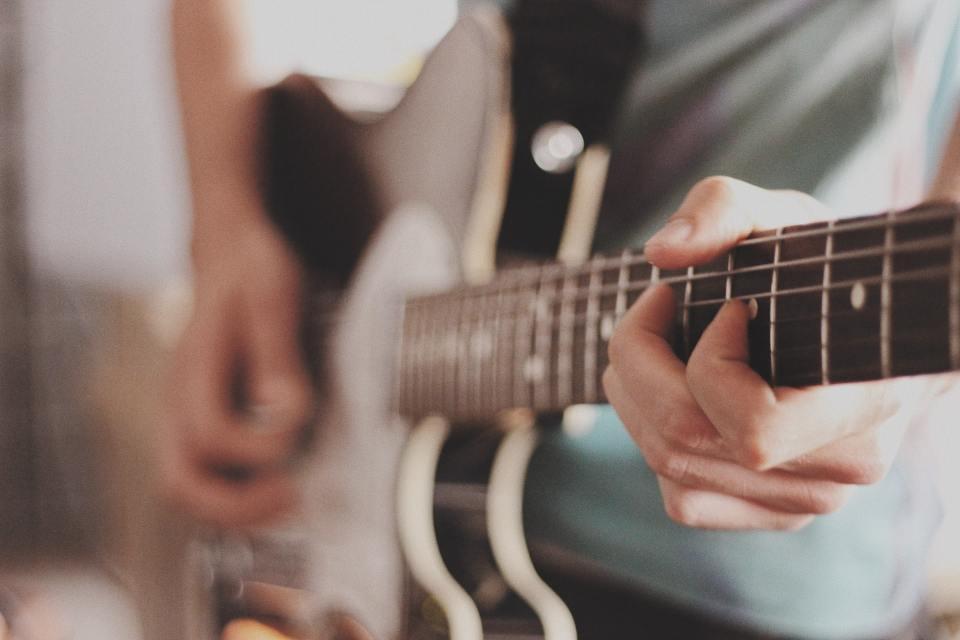Homme qui joue de la guitare