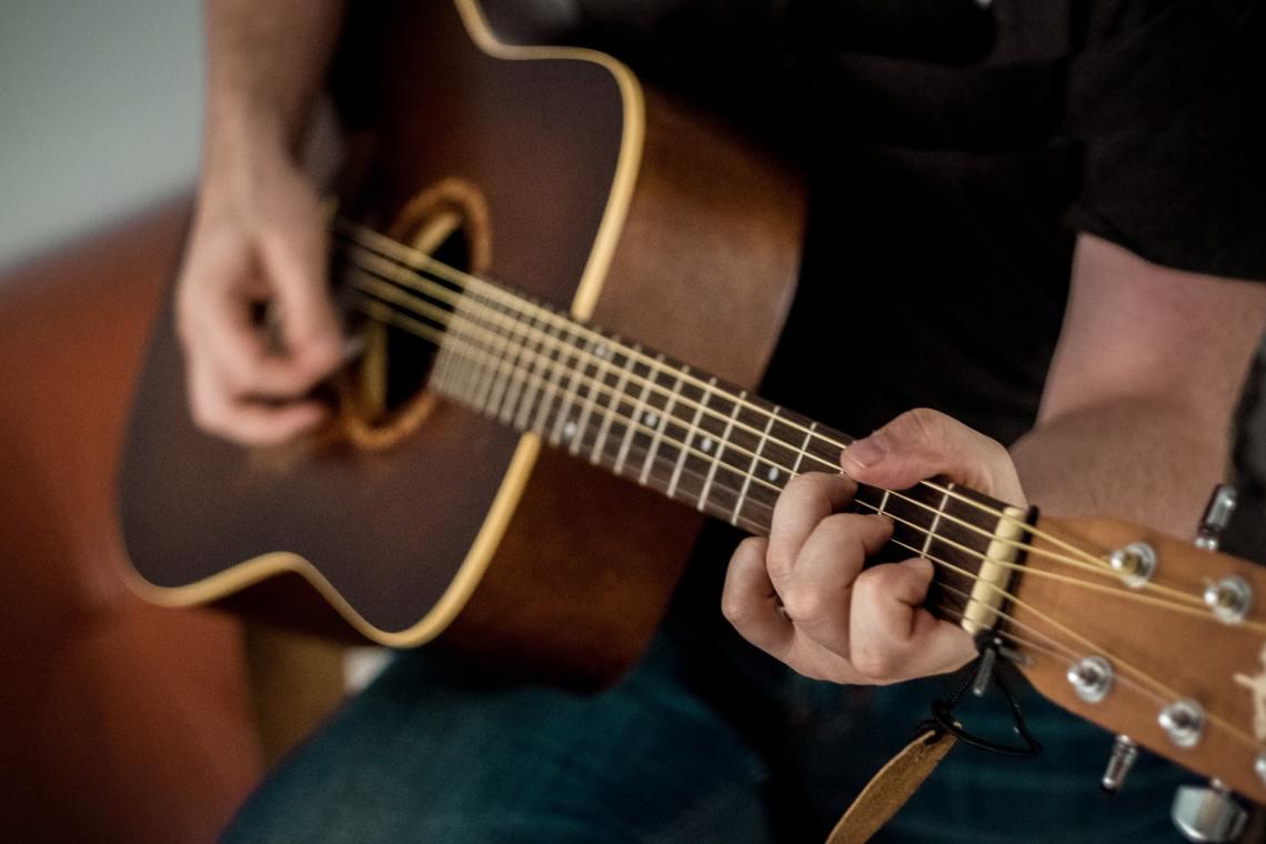 Homme qui s'entraîne à la guitare