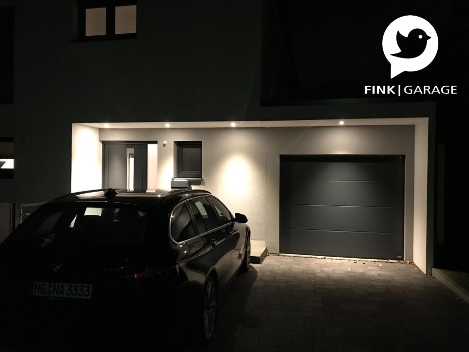 Einzelgarage mit Überdachung zum Haus beleuchtet