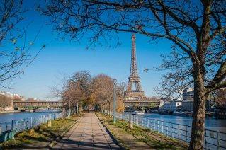 Eiffeltårnet sett fra den kunstige øya med frihetsgudinnen