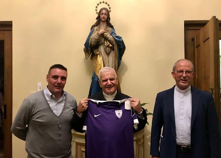 Dopo Papa Francesco, anche il Vescovo Francesco Beschi riceve la maglia della Fiorente