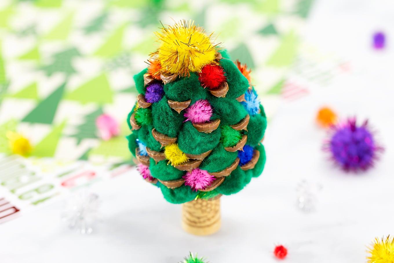 Easy and Fun Pine Cone Christmas Tree
