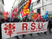Il corteo dei dipendenti comunali e dei sindacati lungo le vie del centro storico