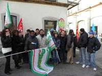 Presidio dei lavoratori della Dussmann di fronte il deposito di Ataf in viale dei Mille