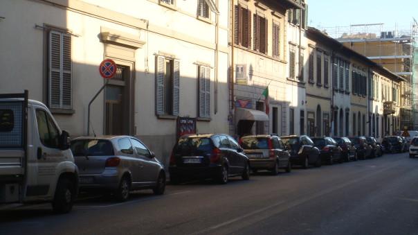 Una fila di macchine in divieto di sosta