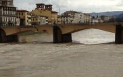 Firenze: volontario aggredito a bastonate mentre ripulisce gli argini dell'Arno