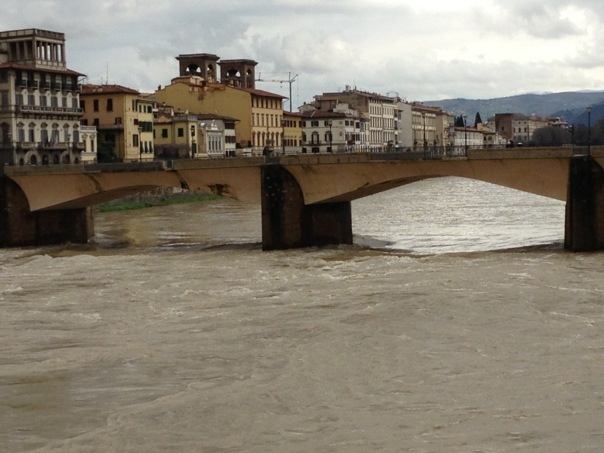 Arno in piena a Firenze
