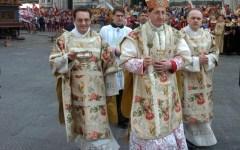 Il cardinale Giuseppe Betori davanti al sagrato del Duomo di Firenze
