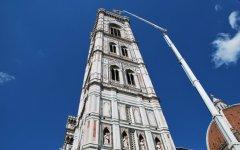 Una grossa gru campeggia sul Duomo di Firenze, via al check-up