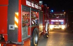 Prato: auto e furgone in fiamme. Venti cinesi evacuati da una casa