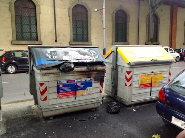 Il cassonetto bruciato stanotte in viale Duca degli Abruzzi