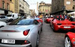 La «Ferrari Cavalcade» sulle strade della Toscana